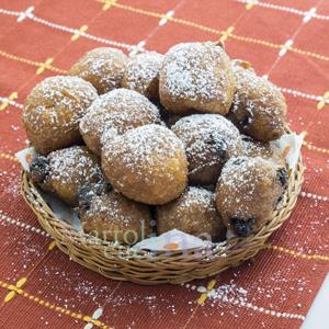 Frittelle con uvetta, noci e pinoli