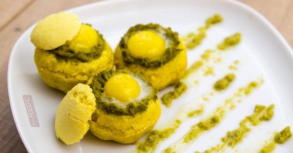 Cestini di pane al tartufo con crema di asparagi e uova