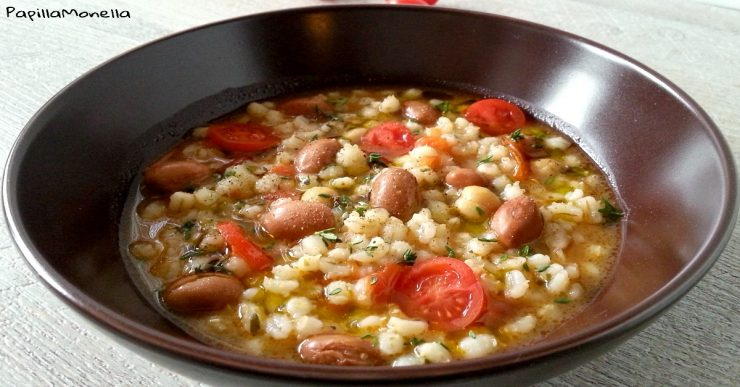 Zuppetta di orzo e legumi, pomodorini e timo fresco