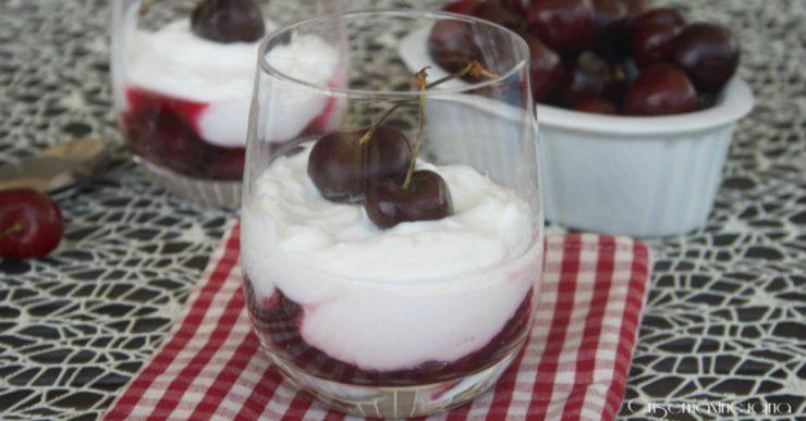 bicchieri di yogurt e ciliegie